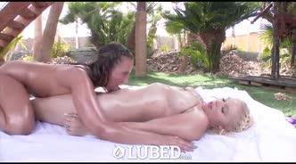 Две девушки в масле ублажают парня хорошим минетом на кровати