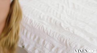 Лысый чувак в спальне жестко трахает блондинку в чулках