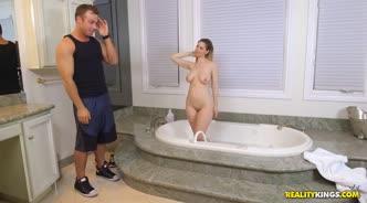 Грудастая фитоняшка в ванной обслужила мужика ртом и узкой киской