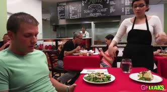Официантка в кафе под столом делает горловой минет клиенту и хочет ебли в мохнатку