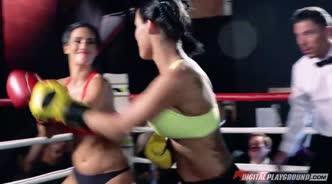 Две спортсменки на ринге не устояли перед соблазном и трахнулись с рефери