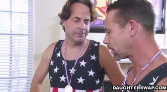 Два американца соблазнили подружек и отодрали их во все щели на одном диване