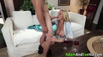 Опытная мамка глоткой и растянутой пиздой доводит молодого любовника до оргазма