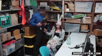Девушку охранник в подсобке трахает членом на столе