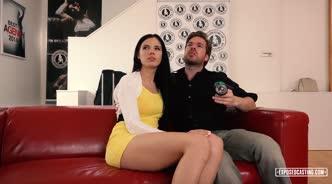 Посмотрев порнушку, парочка пригласила для группового траха на красном диване накаченного парня