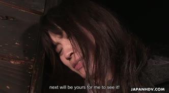Мужик втыкает пальцы в мохнатую киску японской девушки