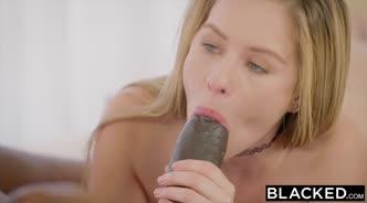 Девушка так хочет секса, что забирается на стол во время обеда и требует сделать куни