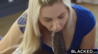 Белокурые красавицы занимаются сексом с чернокожим парнем