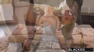 Блондинка ублажает двоих негров на мягкой кровати минетом