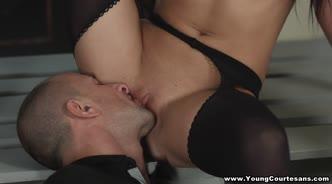 Девушка в маске и чулках сосет пенис перед горячим сексом
