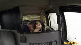 Шлюшка не смогла удержаться перед соблазном и решила потрахаться с водителем
