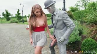 Девушка трахается на улице с живой статуей