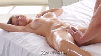Сексуальная девушка в масле отсасывает член массажиста