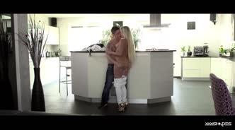Светловолосая девушка занимается любовью с парнем на кухне