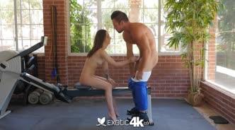 Девушка занимается спортом голой и соблазняет тренера