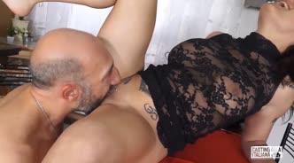 Голый парень в фартуке отымел татуированную красотку в глотку и в попу