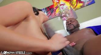 Темнокожий мачо обожает упругую грудь своей девушки и готов долго ласкать ее