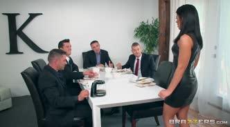 Бизнесмен вместе с компаньонами толпой трахнул ассистентку во все щели на совещании